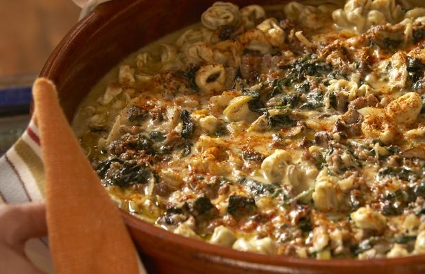 Recette de Célébrez avec Maria Loggia, Cardinal, tortellinis au four avec saucisses, fenouil et champignons